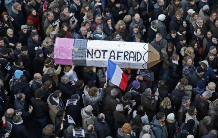 Demonstranten in Paris tragen überdimensional großen Stift für die Meinungsfreiheit; Foto: Reuters