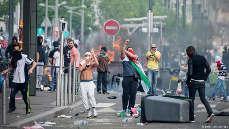 Nordafrikanische Jugendliche protestieren in einem Pariser Stadtteil; Foto: picture-alliance/dpa