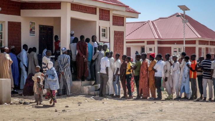 """Nigerianer flüchten sich vor den Angriffen der Boko Haram in das """"Teachers Village"""" in der Maiduguri-Provinz; Foto: picture-alliance/AA/Mohammed Abba"""
