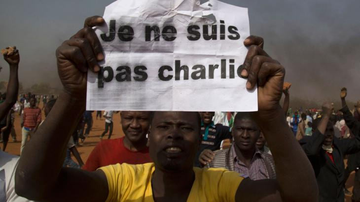 "A man holds a sign that reads ""I am not Charlie"", Niamey, Niger, 17 January 2015 (photo: Reuters/T. Djibo)"