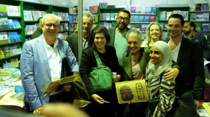 Sherif Bakr mit seinen Gästen beim Abschiedsempfang am Stand des Verlags Al-Arabi; Foto: Amira El Ahl