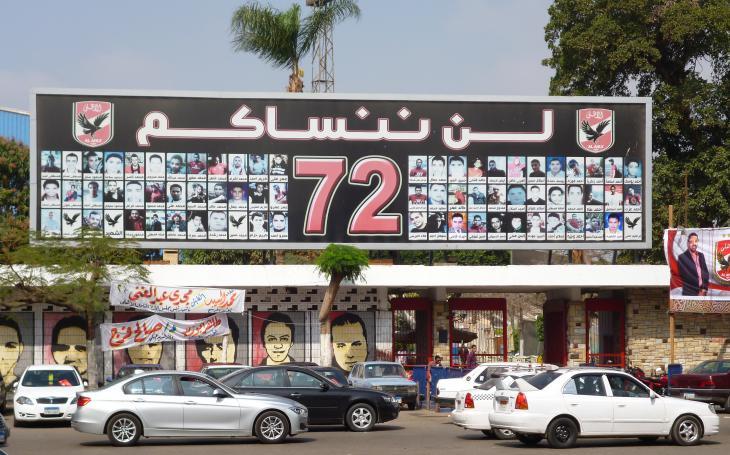 """Plakat in Gedenken an die """"Märtyrer"""" unter den Ahly-Fans, die während des Volksaufstands 2011 ihr Leben lassen mussten; Foto: Arian Fariborz"""