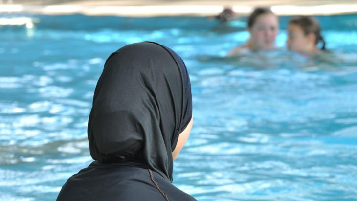 Muslima mit Burkini in einem Schwimmbad; Foto: picture alliance/dpa/Rolf Haid