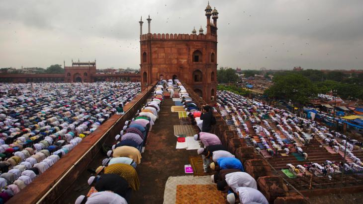 """Muslime beim Gebet in der Großen Moschee (""""Jama Masjid"""") in Neu Delhi; Foto: Reuters"""