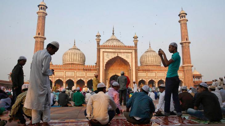 """Muslime bereiten sich auf das Eid al-Adha-Gebet vor der """"Jama Masjid"""" in Neu Delhi vor; Foto: Reuters/Ahmad Masood"""