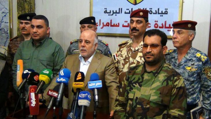Haider al-Abadi bei einer Pressekonferenz der irakischen Armee bei Samarra; Foto: picture-alliance/EPA