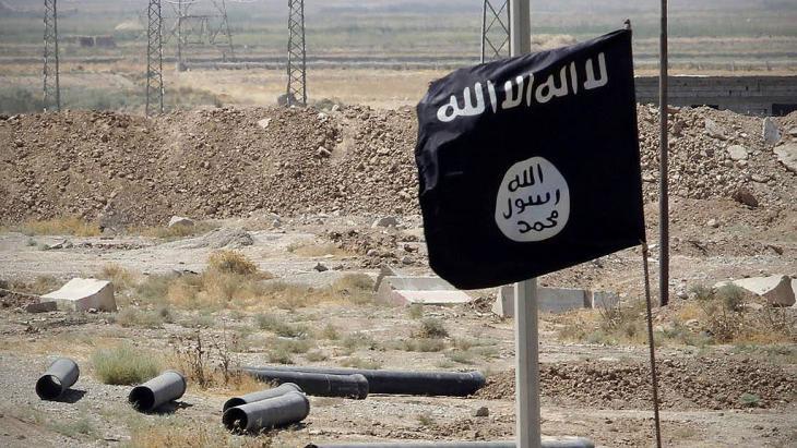 """Fahne des """"Islamsichen Staates"""" auf der Straße von Tikrit nach Kirkuk; Foto: Imago/Xinhua"""