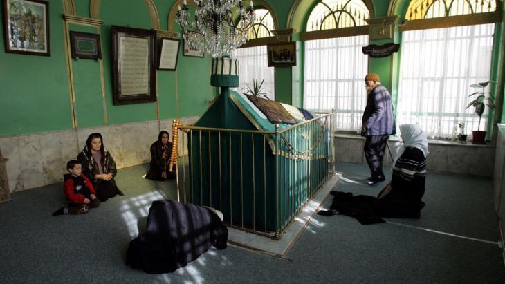Alevitische Gläubige am Schrein des Heiligen Karacaahmet Sultan in Istanbul; Foto: AP