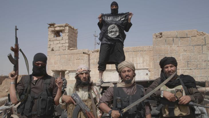 Islamic state fighters on the border between Syria and Iraq, July 2014 (photo: picture-alliance/Zuma Press/M. Dairieh)