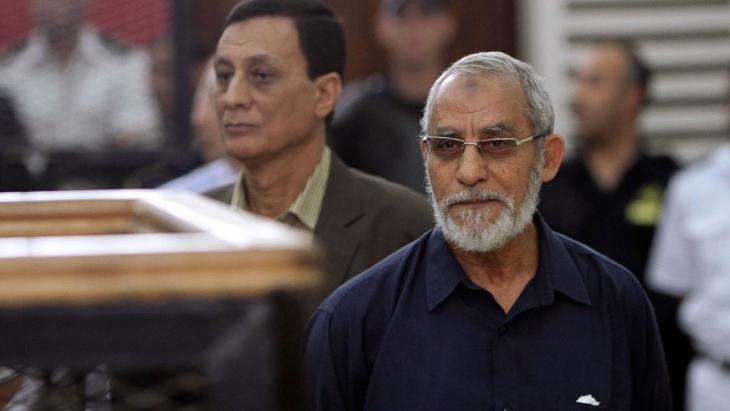 Mohammed Badie, Chef der ägyptischen Muslimbruderschaft, während eines Prozesses in einem Gerichtssaal in Kairo; Foto: Reuters