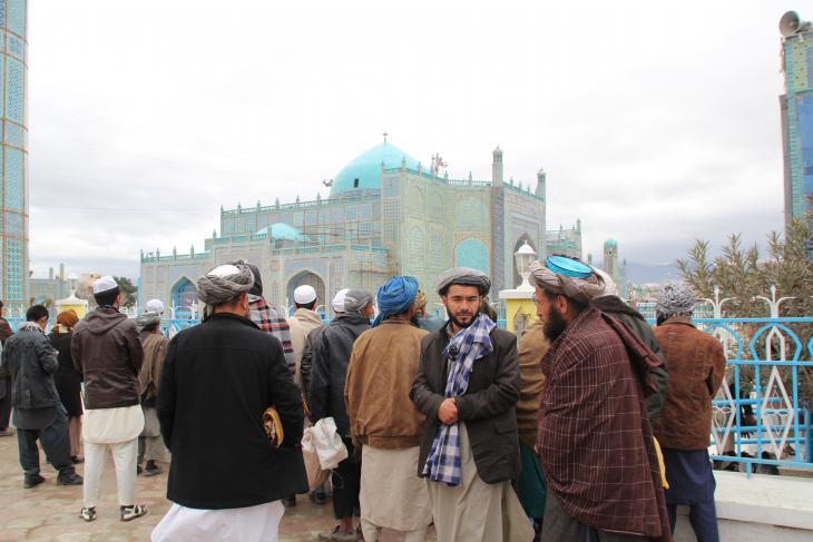 Muslime vor der Blauen Moschee in Masar-e Scharif; Foto: Marian Brehmer