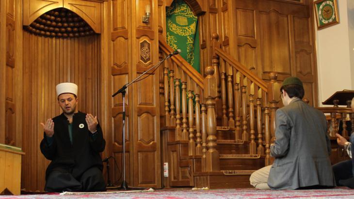 Muslimische Gläubige in einer Moschee in Wien; Foto: Emir Numanovic/DW