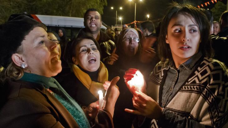 Anteilnahme tunesischer Bürger für die Opfer des Terroranschlags auf das Bardo-Museum in Tunis; Foto: picture-alliance/AP Photo/Michel Euler