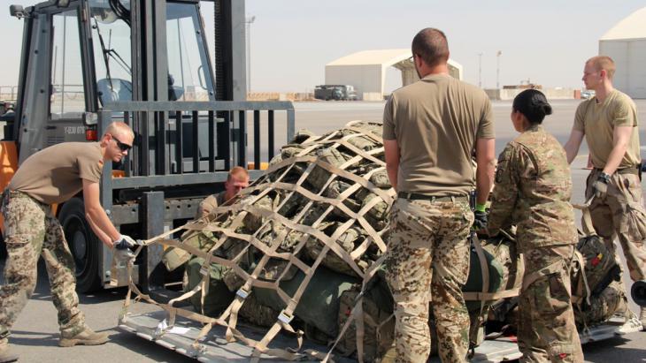 Übergabe der Sicherheitsverantwortung in Südwest-Afghanistan an afghanische Truppeneinheiten in Camp Bastion-Leatherneck; Foto: picture-alliance/dpa/MOD/Sergeant Obi Igbo