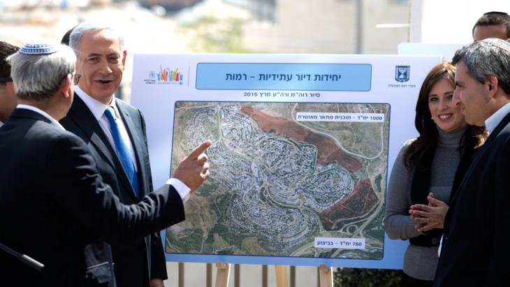 Netanjahu während einer Wahlkampfveranstaltung in der Siedlung Har Homa; Foto: picture-alliance/epa/A. Sultan