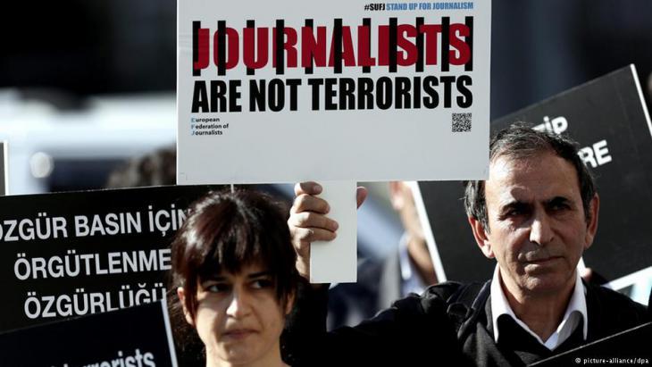 Protest gegen die Verhaftung von Journalisten in der Türkei. Foto: picture-alliance/dpa