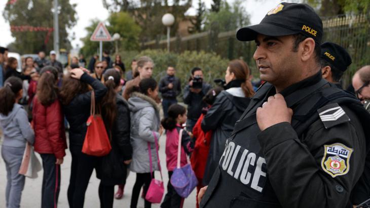 Polizist bei der Wiedereröffnung Bardo-Museum in Tunis. Foto: AFP/Getty Images/F. Senna