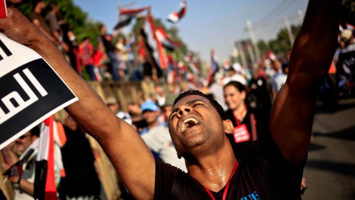 Demonstrant in Kairo demonstriert gegen die Herrschaft der Militärs nach der Absetzung Mohammed Mursis; Foto: picture-alliance/AP Photo/Khalil Hamra