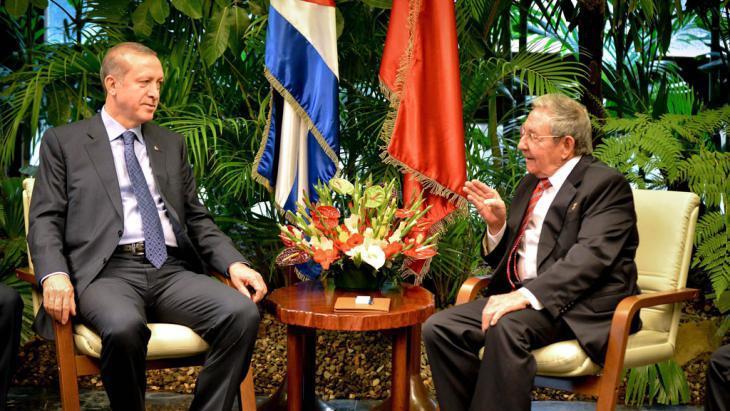 Erdogan (links) während seines Staatsbesuchs auf Kuba mit dem Präsidenten Raul Castro (rechts) im Februar 2015; Foto: picture-alliance/epa/A. Roque