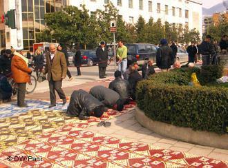 Männer, die vor der Et'hem Bey Moschee in Tirana (Albanien) beten; Foto: DW/Pani