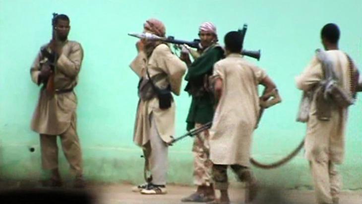 """Videomitschnitt """"Al-Qaida im Islamischen Maghreb"""" während eines Kampfeinsatzes in den Straßen von Gao, Mali, im Juni 2012; Foto: AFP/Getty Images"""