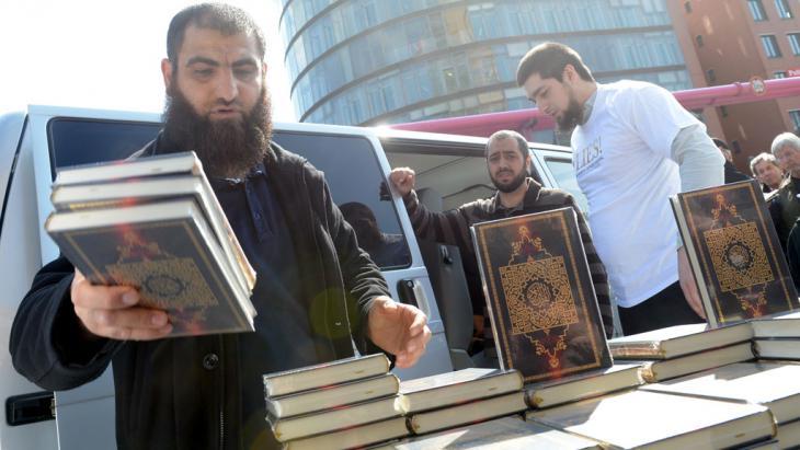 Salafisten verteilen Koranausgaben in Berlin; Quelle: picture-alliance/dpa/Britta Pedersen