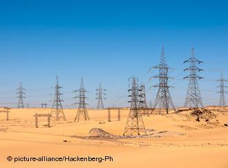 Stromleitungen in der Wüste am Assuan-Staudamm. Foto: picture-alliance/Hackenberg-Ph