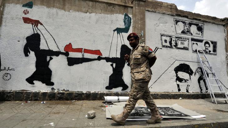 Graffiti in Sanaa zeigt den Einfluss Irans und Saudi-Arabiens auf den Jemen; Foto: picture-alliance/epa/Y. Arhab
