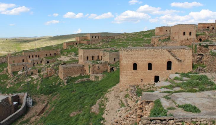 Blick von der Terrasse des Hauses der Familie Erdem auf die Nachbarhäuser im Dorf Taqa; Foto: Ekrem Güzeldere