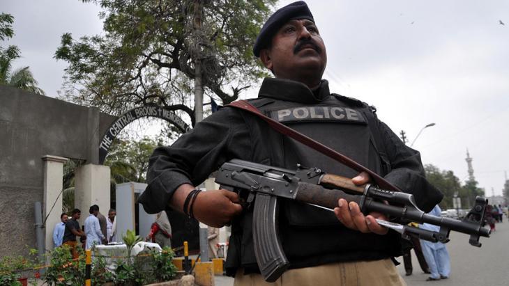 Von Sicherheitskräften bewachte Kirche in Karatschi; Foto: picture-alliance/dpa/S. Akber