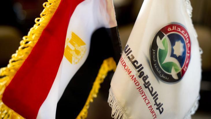 """Ägyptische Nationalfahne neben der Fahne der MB-Partei """"Freiheit und Gerechtigkeit""""; Foto: AFP/Getty Images"""