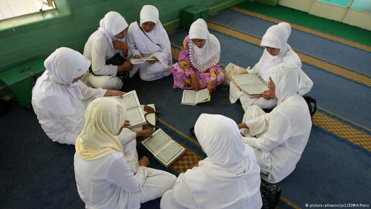 Indonesische Muslima lesen. Foto: picture-alliance/ ys1/ ZUMA Press