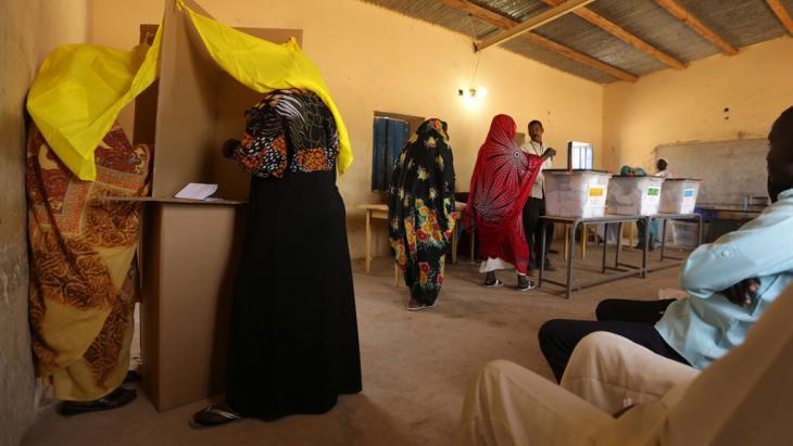 Wahllokal in einem Vorort der sudanesischen Hauptstadt Khartum; Foto: AFP/Getty Images/P. Baz