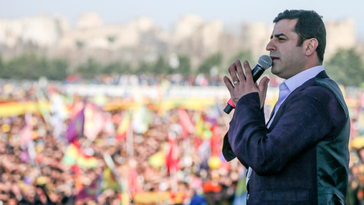 Selahattin Demirtas, leader of pro-Kurdish Peoples' Democracy Party (HDP) speaks during Newroz celebrations on 22 March 2015 in Istanbul (photo: picture alliance/abaca)