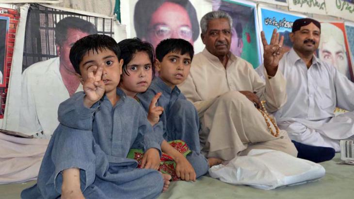 Proteste einer Familie aus der Provinz Belutschistan gegen die Zentralregierung in Islamabad; Foto: DW/ A. Ghani Kakar