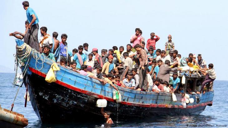 Angehörige der Rohingya auf hoher See; Foto: dpa/picture-alliance