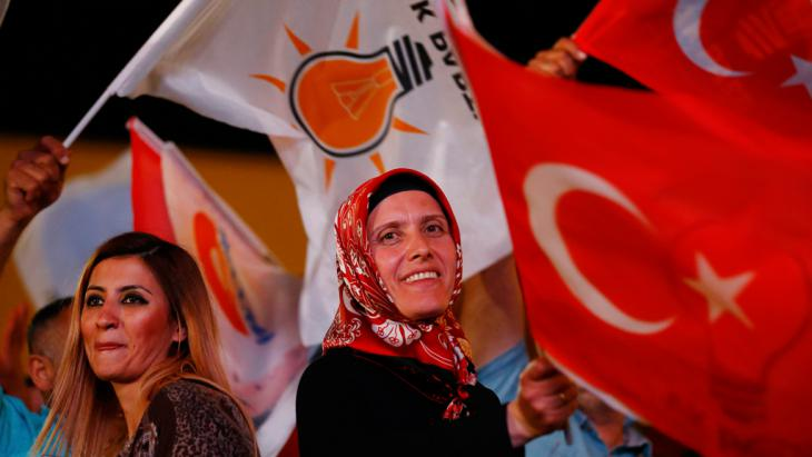 Wähler vor der AK Hauptverwaltung in Ankara wehen die Nationalflagge. Foto: Reuters/U. Bekta