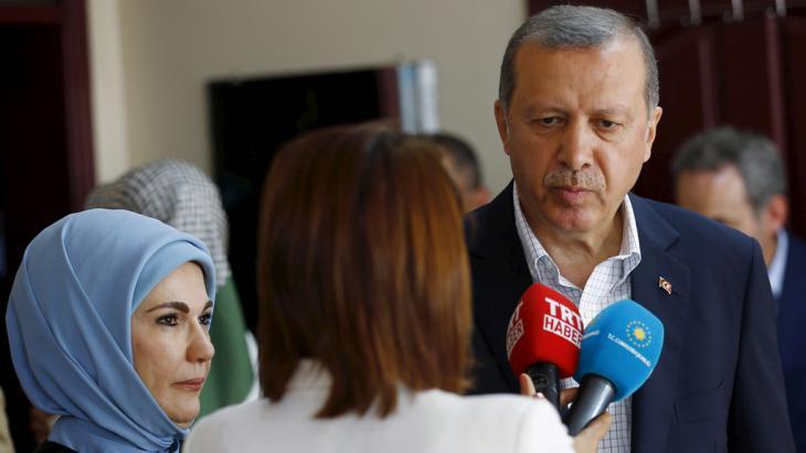 Der türksiche Präsident Recep Tayyip Erdoğan mit seiner Frau nach der Wahlniederlage in Istanbul; Foto: Reuters/M. Sezer