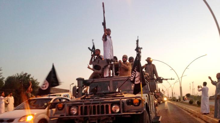 """Kämpfer des """"Islamischen Staates"""" fallen im Juni in Mossul ein; Foto: picture-alliance/AP"""