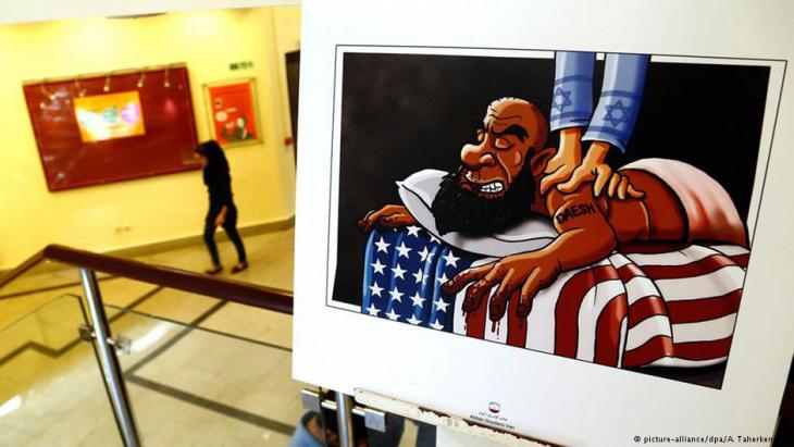 """Ein """"Daesh""""-Kämpfer auf einer amerikanischen Liege wird von einem Israeli massiert; Foto: picture-alliance/dpa/A.Taherkenareh"""