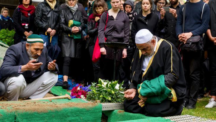 """Beerdigung eines toten Flüchtlings in Berlin im Rahmen der Aktion """"Die Toten kommen""""; Foto: picture-alliance/dpa/Geisler Fotopress"""