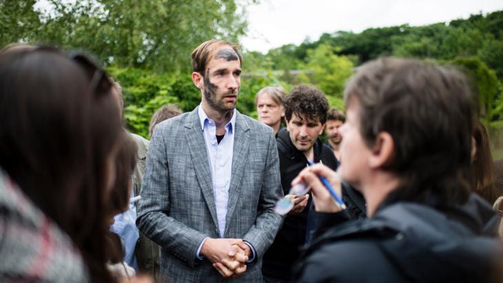 """Philipp Ruch, künstlerischer Leiter des """"Zentrums für politische Schönheit"""", stellt sich den Fragen der Journalisten in Berlin; Foto: picture-alliance/dpa/G.Fischer"""