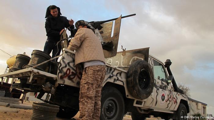 Libysche Kämpfer bei Derna; Foto: DW