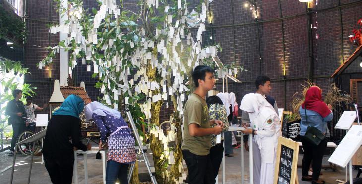 """Besucher am """"Wish Tree"""" auf der indonesischen Kunstausstellung """"Artjog""""; Foto: Christina Schott"""