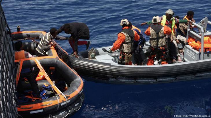 """Soldaten der Fregatte """"Hessen"""" ziehen Flüchtlinge aus Lampedusa an Bord. Foto: Bundeswehr/PAO Mittelmeer/dpa"""