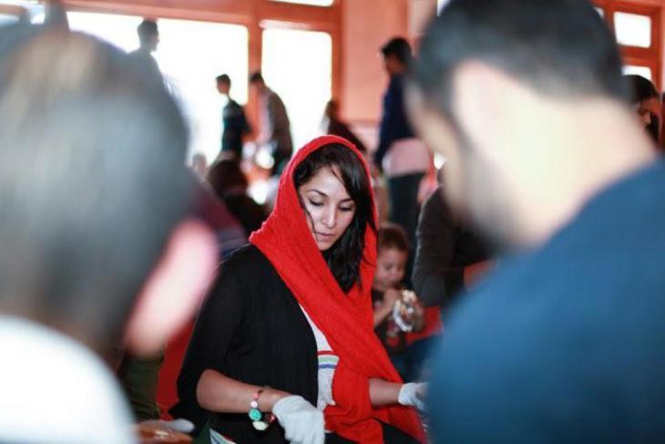 Junge Muslima in San Francisco beteiligt sich an einer Hilfsaktion für Obdachlose; Foto: Abdel-Rahman Bassa