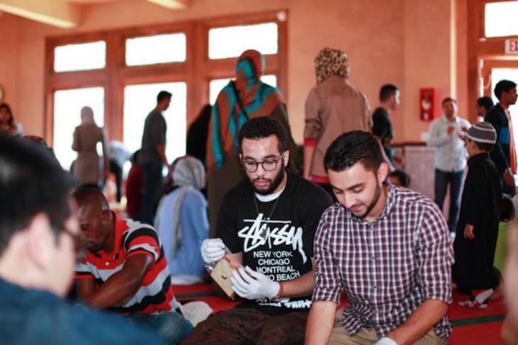 Junge Muslime bereiten Essenspakete für Obdachlose in San Francisco zu; Foto: Abdel-Rahman Bassa