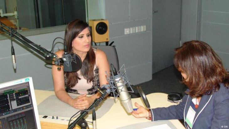 Naghme Abedini im Radio. Foto: DW