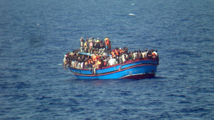 Nordafrikanische Flüchtlinge vor der sizilianischen Küste; Foto: picture alliance/dpa/Italian Navy
