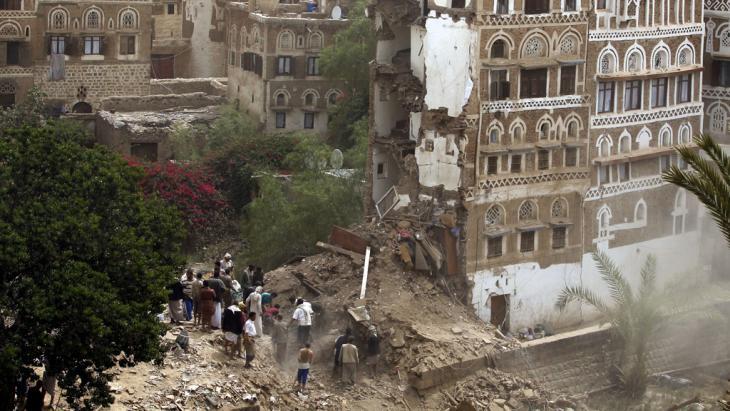 Von saudischen Kampfjets zerstörte Häuser in der Altstadt Sanaas; Foto: picture alliance/Y. Arhab